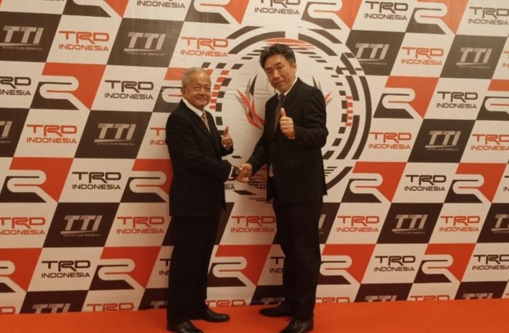 Toshio Obara dan Memet Djumhana, berobsesi dan komitmen untuk ikut memajukan motorsport Indonesia. (Foto : bs)