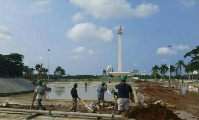 Pekerjaan revitalisasi di Monas menyusul ditebangnya beberapa ratus pohon, diduga bagian untuk keperluan balap Formula E pada 6 Juni 2020. (foto : media indonesia)