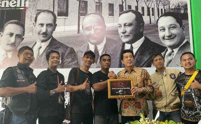 Steven (ketiga dari kanan, kemeja batik) bersama komunitas pemilik motor Benelli di Lampung, optimis dan agresif di tahun 2020. (ist)