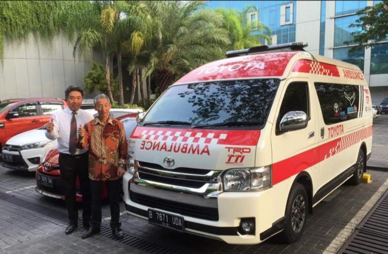 Presiden Direktur TRD Indonesia Toshio Obara bersama Toyota Hiace dan Vios yang didisplay di depan lobi Holiday Iin hotel Kemayoran. (Foto : ist)