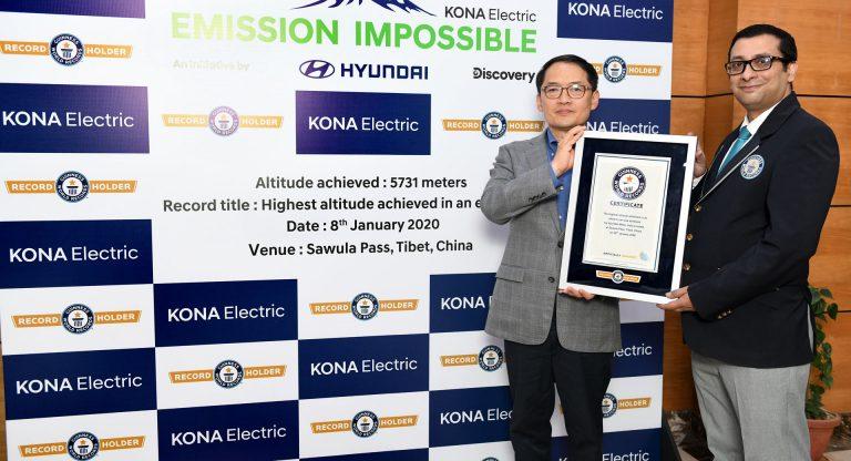 Hyundai menerima plakat rekor dunia dari Guinness World Record atas keberhasilan Kona EV menjelajahi rute terekstrim (ist)