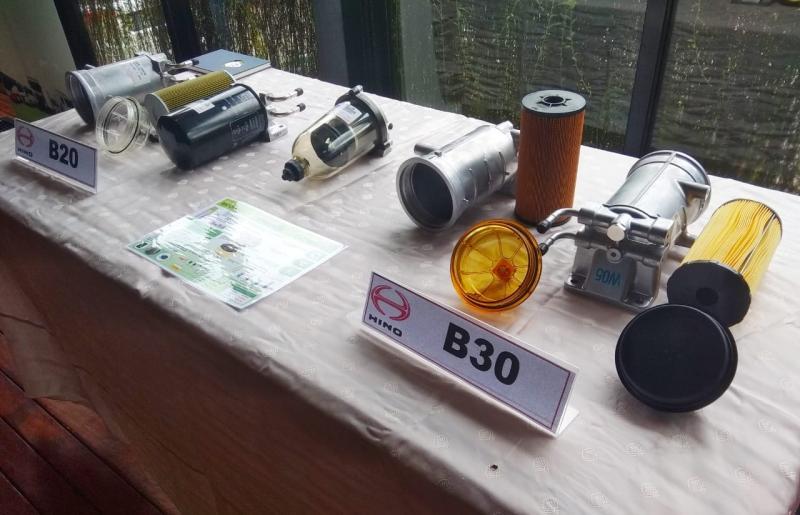 Sejumlah komponen yang disesuaikan untuk konsumsi B30, diperlihatkan Hino kepada media di Jakarta (2371/2020). (anto)