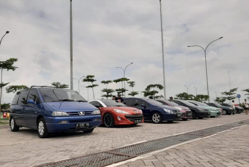 Komunitas Peugeot Solo melakukan turing bersama keluarga ke Surabaya dan Madura