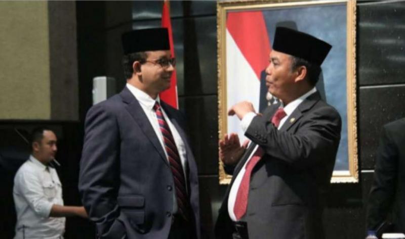 Ketua DPRD DKI H.Prasetyo Edi Marsudi berbincang dengan Gubernur Anis Baswedan. (Foto : humas permen dki)
