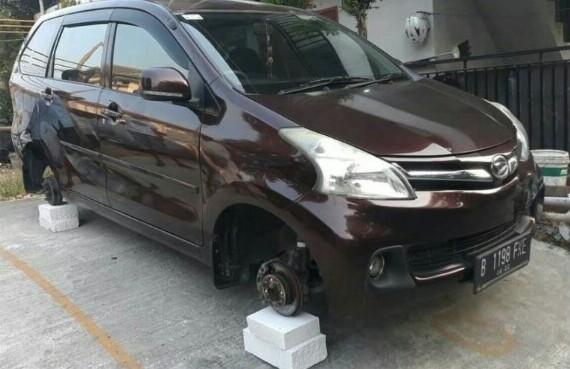 Pencurian 4 ban yang terpasang di mobil yang diparkir dan disangga dengan batu bata terjadi di Cikarang, Bekasi. (foto : otoplasa)