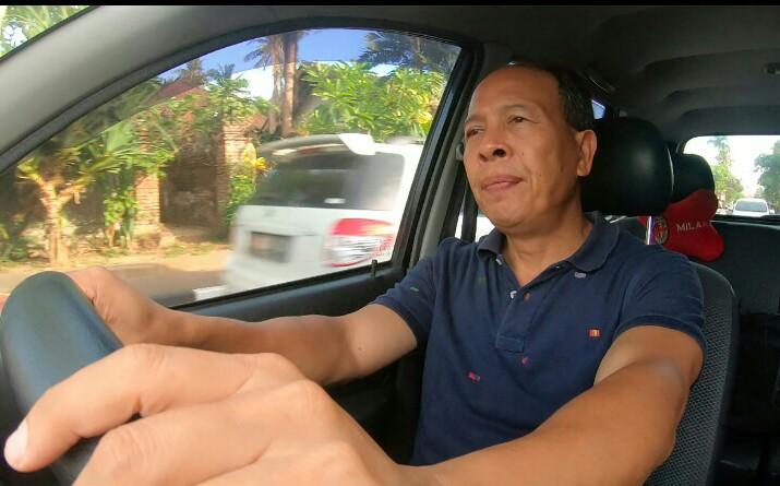 Dewa Nyoman Martayasa dari Bali telah 10 tahun terakhir menggunakan mobil Daihatsu untuk kegiatan bisnis, salah satunya antar galon aqua ke pemesan