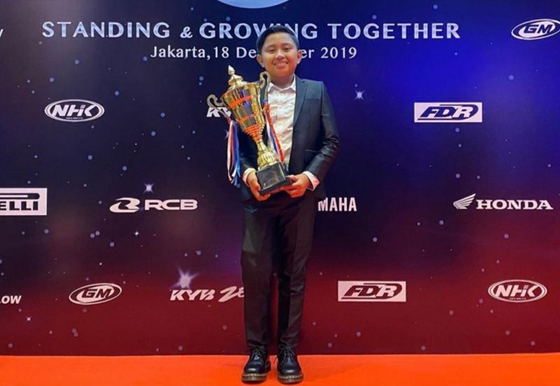 Kanaka Azarel Gusasi saat menerima anugerah IMI Award 2019 sebagai juara nasional kelas Mini. (Foto : dok pribadi)