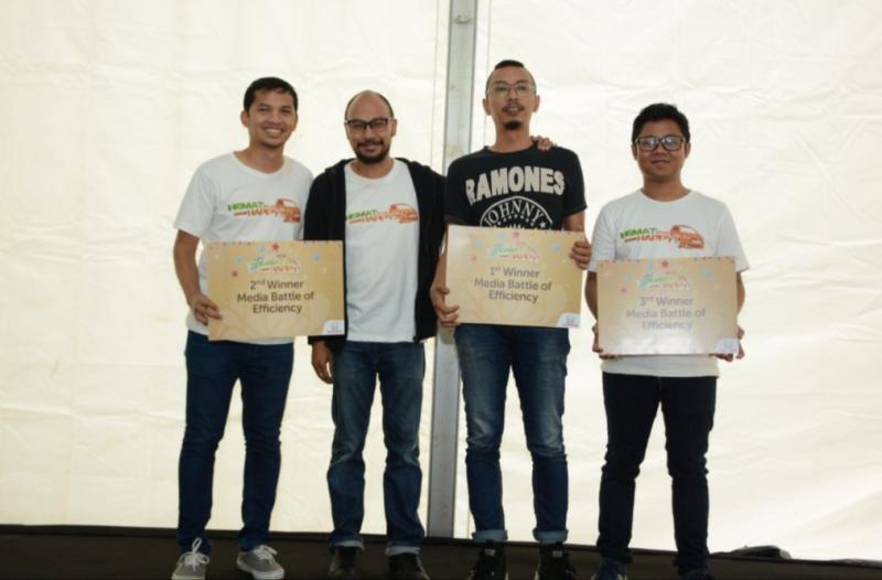 Para pemenang Media Battle Efficiency Honda Mobilio bersama Yulian Karfili dari HPM. (Foto : bs):