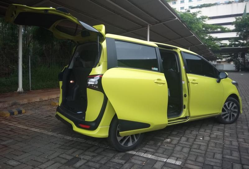 New Toyota Sienta yang punya akses kabin praktis untuk memuat penumpang dan barang, sehingga kerap dijadikan pilihan logis sebagai mobil keluarga. (anto)