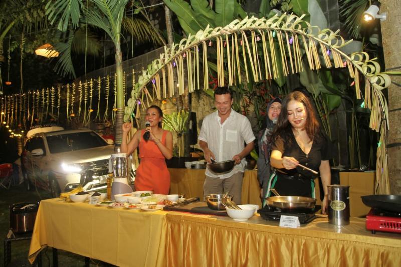 Chef Marinka (kanan) bersama Nicholas Saputra (tengah) mengandalkan sumber daya listrik dari Mitsubishi Outlander PHEV dalam demo masak di Bali. (anto)