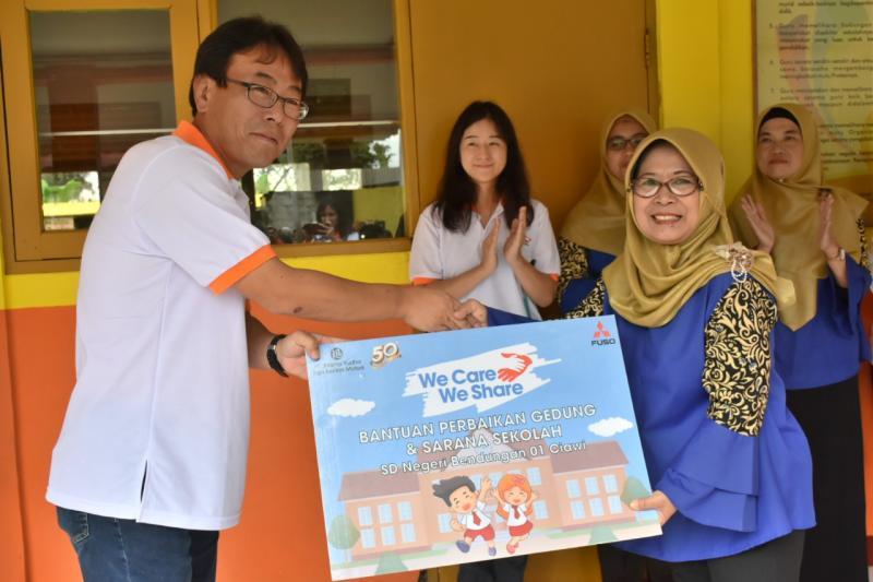 Atsushi Kurita, Presiden Direktur PT. KTB menyerahkan langsung bantuan renovasi secara simbolis kepada Kepala Sekolah Dasar Negeri Bendungan 01 – Ciawi. (ist)