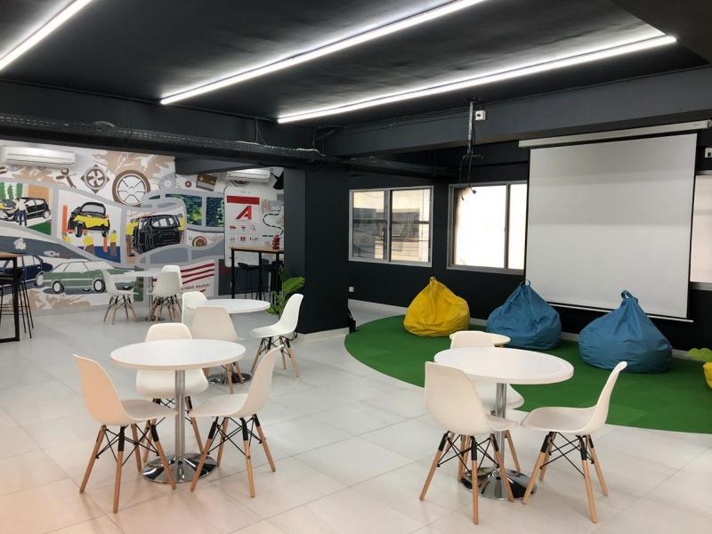 Menjadi showroom bergaya milenial yang pertama di Indonesia, gedung baru Auto2000 Glodok Plaza menyediakan coworking space yang begitu cozy di lantai 2. (dok. Auto2000),
