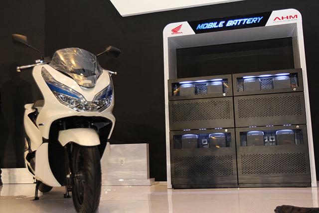 Dengan skema sewa battery, konsumen motor listrik tak perlu pusing harus beli baterai (ist)