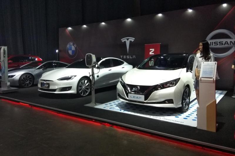 CIMB Niaga Auto Finance membuatkan booth khusus mobil listrik yang diisi beberapa model Tesla, BMW i8 dan Nissan LEAF. (anto).