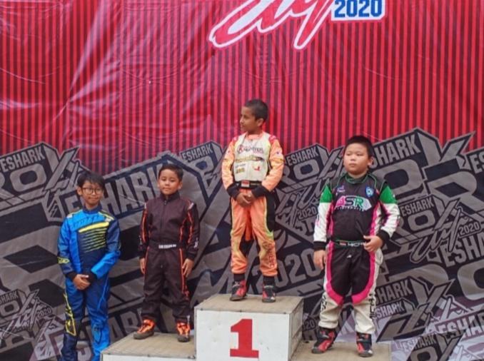 Qarrar Firhand di podium juara 1 kelas Cadet Kejurnas Eshark Rok di SIKC. (Foto : bs)