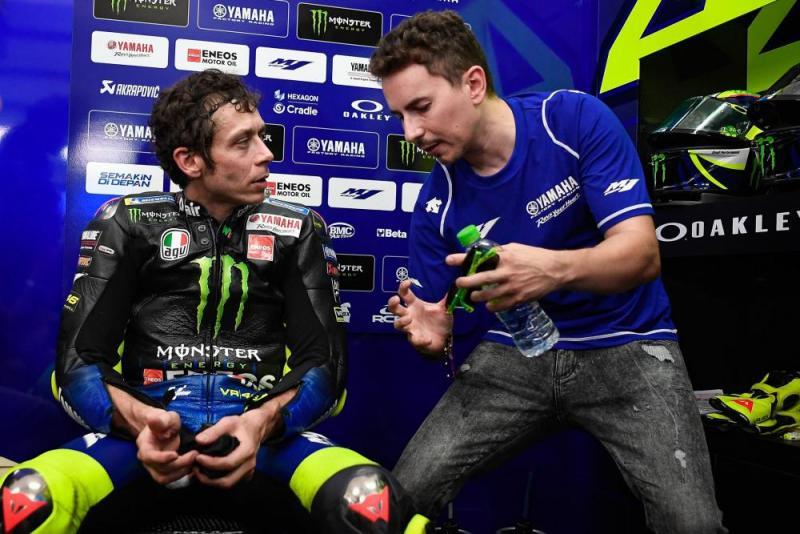Gaya Jorge Lorenzo seolah `mengajari` Valentino Rossi soal M1. (Foto: morebikes)