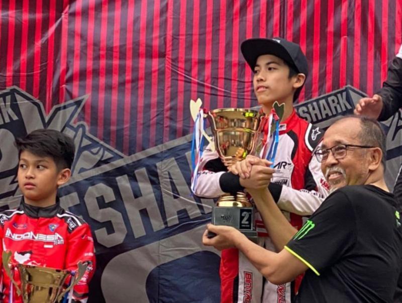 Maalik Bintang dengan trofi sebagai runner up kelas Mini Kejurnas Eshark Rok 2020
