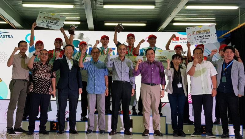 Foto bersama Manajemen Daihatsu Jepang dan Indonesia dengan para pemenang National Technical Skill Contest 2020. (anto)