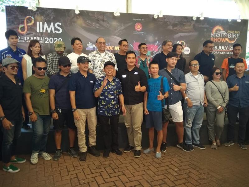 Kohen (kemeja pantai biru, tengah bawah) bersama sejumlah pendukung konten acara IIMS 2020. (anto)