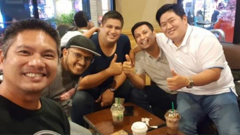 Ferry Hongkiriwang (paling kanan) dan Umar Basalamah disambut pembalap tuan rumah saat berkunjung ke Malaysia belum lama ini. (Foto : ist)
