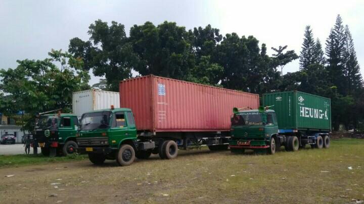 Tiga kontainer berisi equipment gokart AKOC tiba di parkiran SIKC. (foto : joko susilo)