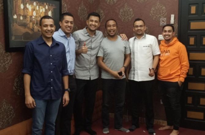Avan Abdullah (paling kiri), surprise bday party yang disiapkan Umar Abdullah. (Foto : bs)