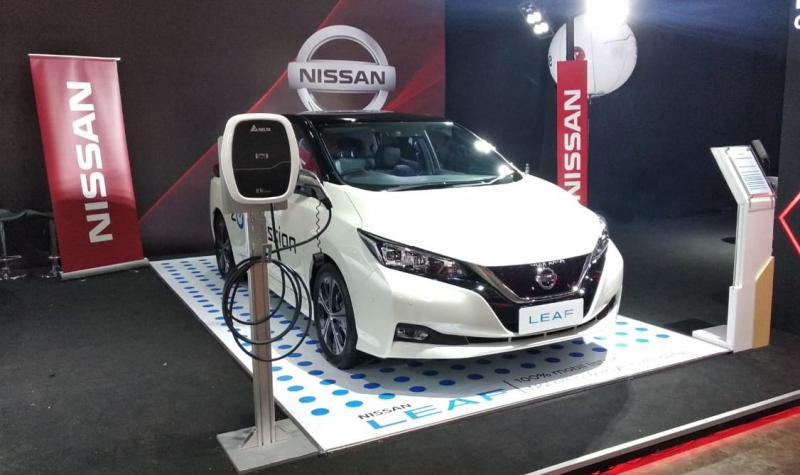 Nissan tak sendiri memajang mobil listrik, juga berdampingan dengan sportcar BMW i8 dan dua model sedan terbaru Tesla. (ist)