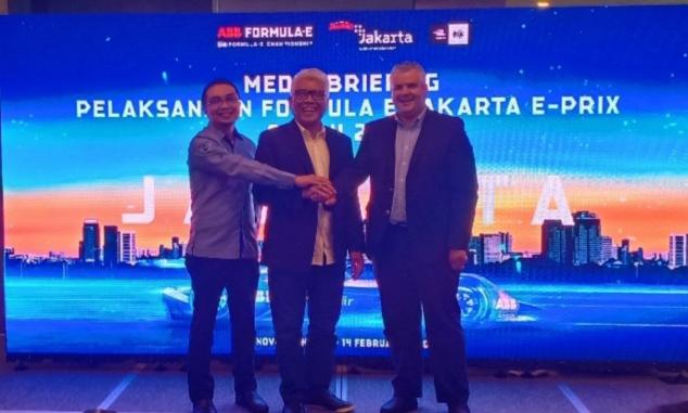 Dari kiri : Sadikin Aksa (Ketum IMI Pusat), Dwi Wahyu Daryoto dan Nuno Fernandes (Jakarta E-Prix Operations Manager) foto : bs