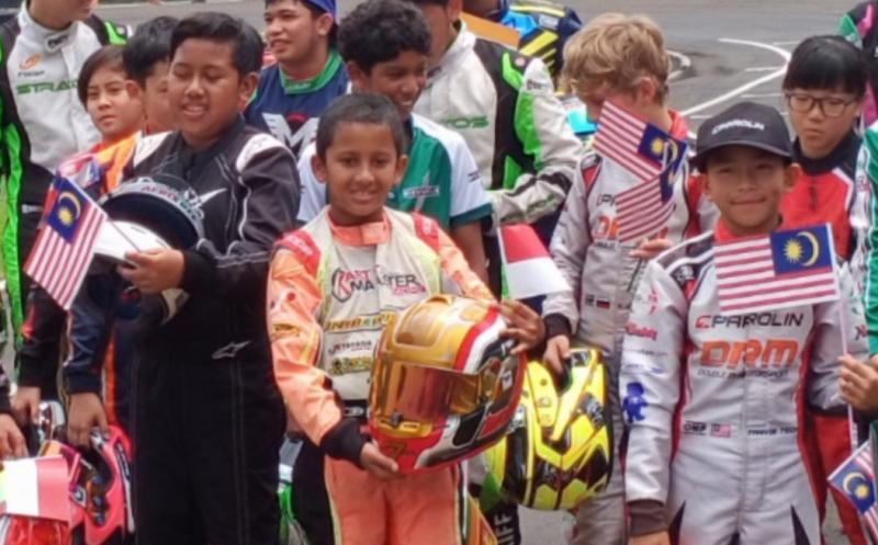Qarrar Firhand (racing suit orange, tengah), juara kelas Mini Rok AKOC 2020 di Sentul.