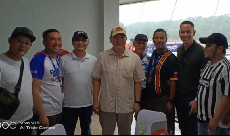 Tommy Soeharto (tengah), Sadikin Aksa dan penggiat motorsport Indonesia lainnya. (Foto : bs)
