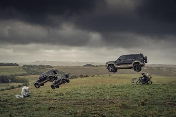 Salah satu adegan di film No Time To Die tampilkan aksi eksrim Land Rover Defender yang melayang terbang