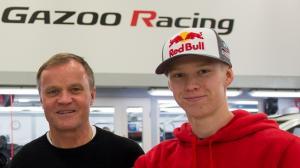 Kalle Rovanpera bersama legenda reli dunia Tommi Makinen yang juga Team Principal Toyota Gazoo Racing. (Foto: rallypedia)
