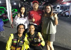 Anjasara Wahyu (tengah) bersama para anak didiknya yang juga tampil di kejurnas Auto Gymkhana