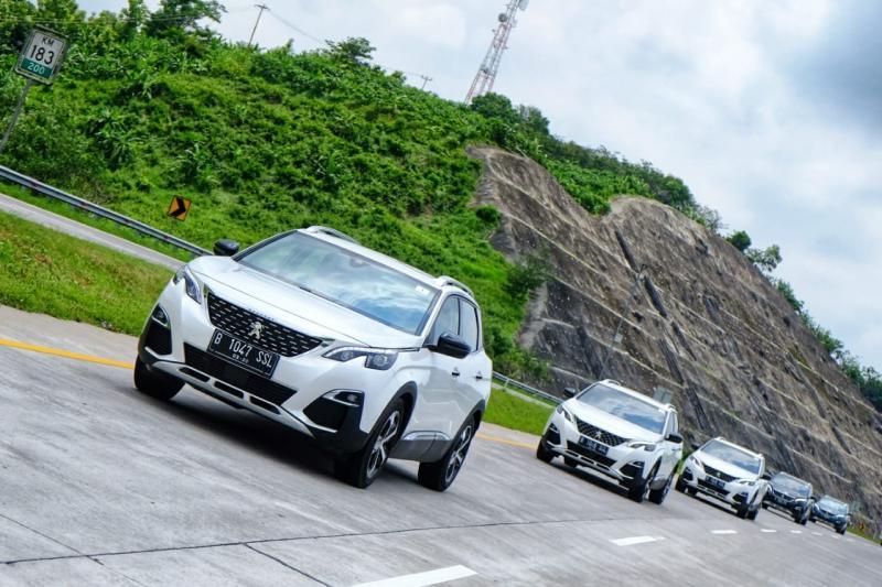 Lima mobil Peugeot beda varian yang minggu lalu baru diluncurkan (11/2/2020) langsung digeber di jalan tol lintas kota dan provinsi melewati jalan Tol Cipali.(anto)