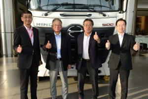 Ki-ka: Masato Uchida (Presdir HMSI), K Ehara (Former Predir HMMI), Hiroo Kayanoki (Former HMSI President), M Aso (Presdir HMMI). (foto: dok. Hino)