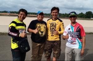 Riduan Tumenggung (kedua dari kiri, bertopi) bersama Frans Tanujaya, H. Momo Harmono dan Daniel Tangka dengan latar belakang sirkuit Skyland Muba. (Foto : bs)