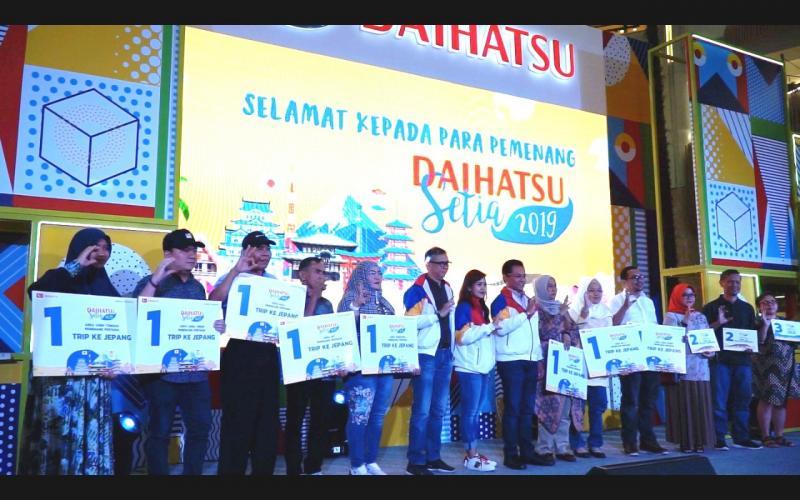 Manajemen Daihatsu berfoto bersama para pemenang program Daihatsu Setia. (ist)