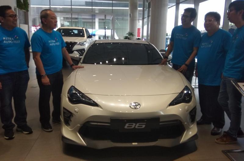 Suparno Djasmin, Direktur Astra International (kedua dari kiri) bersama Manajemen PT Toyota Astra Motor dan Manajemen Auto2000 di Astra Auto Fest 2020. (anto)