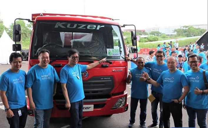 Secara resmi, para Direksi Astra Internasional diantaranya Suparno Djasmin, Johannes Loman dan Gidion Hasan membuka booth Astra UD Trucks. (ist / astraudtrucks)