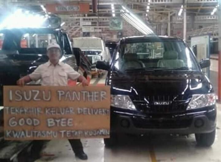 Foto ini menampilkan diduga seorang pekerja pabrik berpose di sebelah Isuzu Panther warna hitam sembari menunjukkan sebuah spanduk besar. (foto: istimewa)
