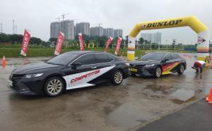 Dua mobil All New Toyota Camry dengan penggunaan merek ban yang berbeda diuji pada trek khusus di Central Park Meikarta, Cikarang Jawa Barat ini. (anto)