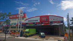 Pusat ban truk terbaru ini beralamat di Jalan KH. Hasyim Ashari RT 004 RW 004 Kelurahan Poris Plawad Indah, Kecamatan Cipondoh, Kota Tangerang, Banten.