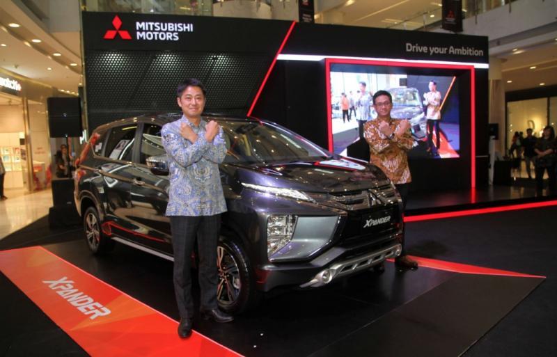 Naoya Nakamura, Mitsubishi Xpander dan Irwan Kuncoro pada pameran Mitsubishi Motors Autoshow di Central Park