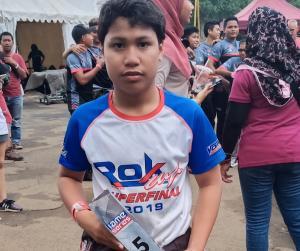 Daffa AB dengan memegang trofi sebagai juara 5 event IAME Asia Series di sirkuit Sentul, Bogor. (Foto : bs)