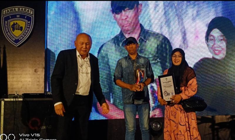 H.Tinton Soeprapto bersama Iwan Munandar dan istri orang tua alm. Afridza Syach. (foto : bs)
