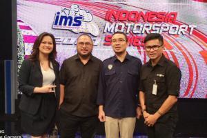 Mohamad Mirdal Akib dari MetroTV dan Sadikin Aksa dari IMI Pusat pada launching Indonesia Motorsport Series 2020 di kantor MetroTV Kedoya Jakbar hari ini. (Foto : bs)