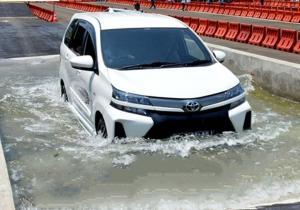 Jangan pernah sepelekan arus air yang deras karena bisa menyeret mobil. (Auto2000 / edited: anto)