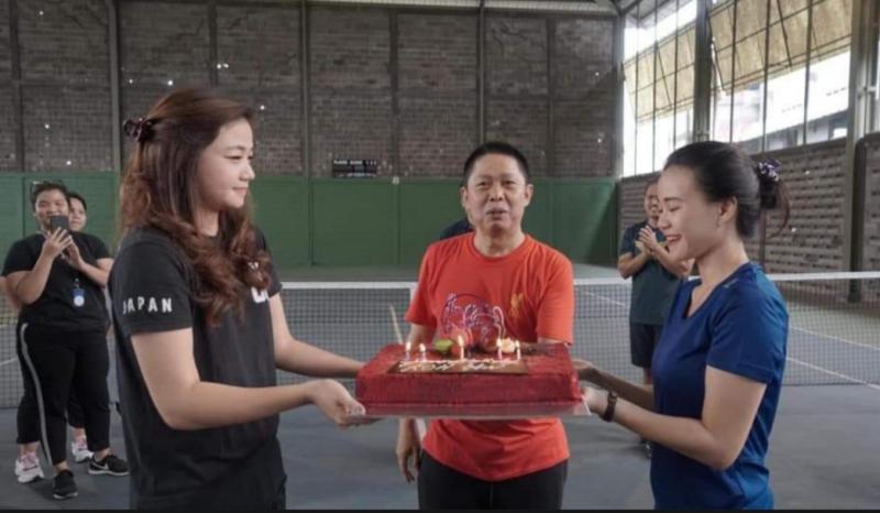 Kejutan perayaan ulang tahun Hendra Noor Saleh di lapangan Futsal Kompas Gramedia Palmerah, Jakarta.