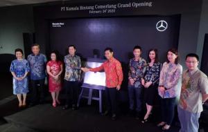 Manajemen PT MBDI bersama manajemen Kumala Bintang Cemerlang dalam seremoni pembukaan dealer baru di Kota Makassar. (ist)