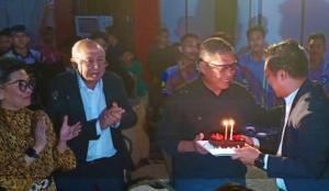 AM Putranto memberikan potongan kue ultah kepada Fachrul Sarman, disaksikan H.Tinton Soeprapto dan Lola Moenek. (Foto : bs)